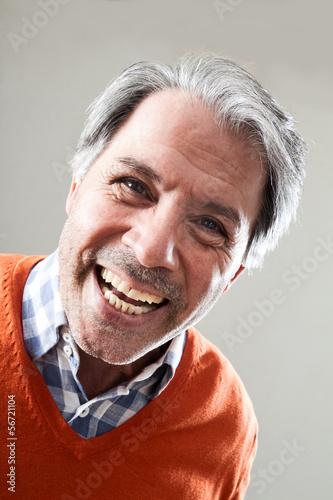 Valokuvatapetti Fröhlicher älterer, grauhaariger Mann