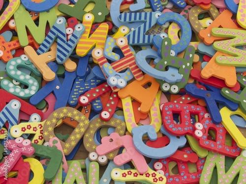 bunte buchstaben mit augen auf einem markt für kinder