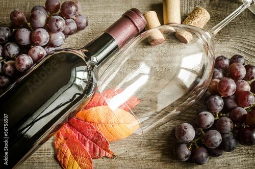 czerwone-wino-z-winogronem-w-tle