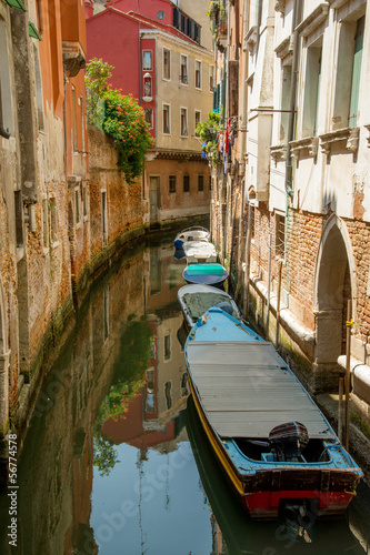 Foto op Plexiglas Venetie Colorful buildings and boats in Venice canal passage