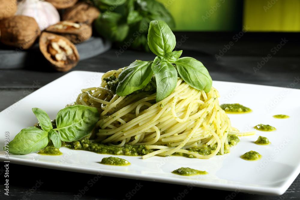 Fényképezés pasta vegetariana spaghetti con pesto sfondo verde