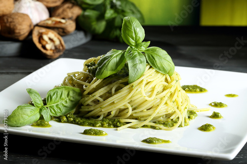 pasta vegetariana spaghetti con pesto sfondo verde Lerretsbilde