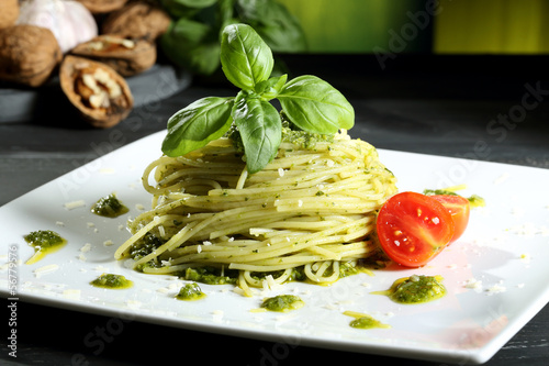 Vászonkép pasta vegetariana spaghetti con pesto sfondo grigio