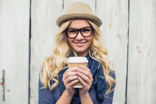 Pinturas sobre lienzo  Cheerful fashionable blonde holding coffee outdoors
