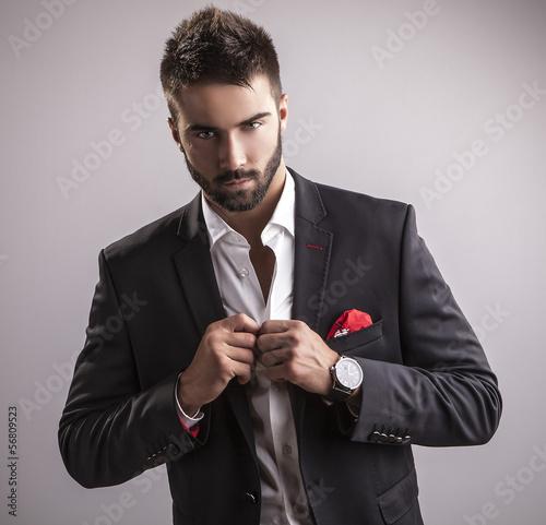 elegancki-mlody-przystojny-mezczyzna-studio-mody-portret