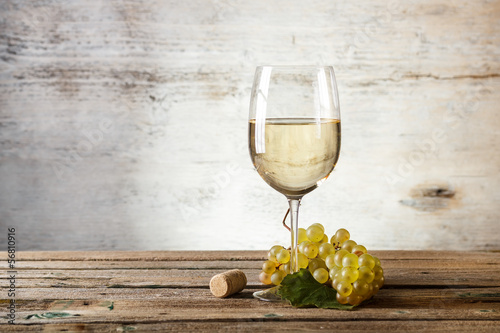 Foto auf Gartenposter Wein Glass of white wine