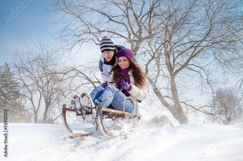 Papiers peints Glisse hiver couple sledging through