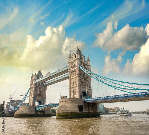 piekny-widok-na-wspanialy-tower-bridge-ikona-londynu-wielka-brytania