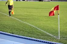 Football : Arbitre Assistant Courant Sur Sa Ligne De Touche