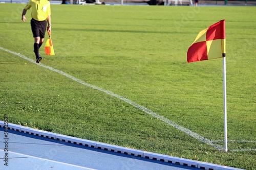 Football : arbitre assistant courant sur sa ligne de touche Canvas Print