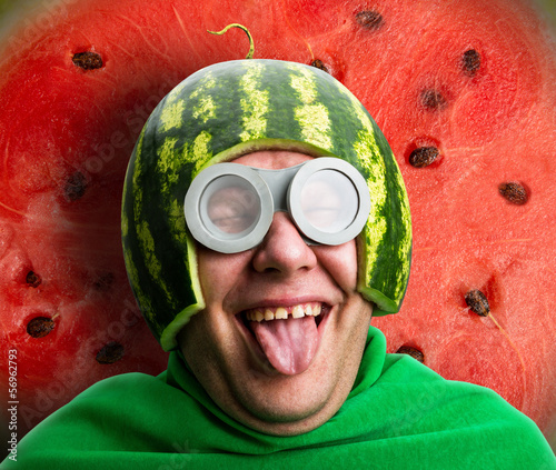 Photographie Funny man with watermelon helmet and googles