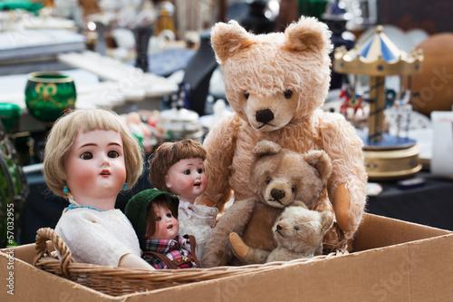 Photographie  Teddybären und Puppen auf Flohmarkt