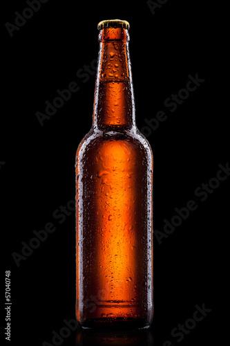 piwna-butelka-z-wod-kroplami-odizolowywac-na-czerni