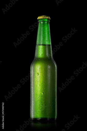 butelka-piwa-z-kropli-wody-odizolowane-na-czarno