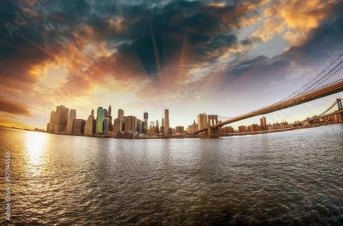 spektakularny-widok-na-most-brooklinski-z-brooklynu-na-brzeg-winte