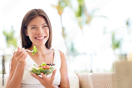 Staande foto Kruidenierswinkel Healthy lifestyle woman eating salad smiling happy