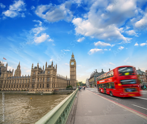 Poster Londres bus rouge Double Decker red bus crossing Westminster Bridge. Big Ben and r