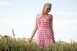 canvas print picture - Junge Frau in einem Kornfeld