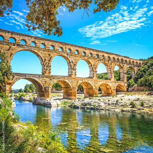 La pose en embrasure Ponts Roman aqueduct Pont du Gard, Unesco site.Languedoc, France.