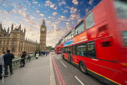 ikonowy-czerwony-autobus-przechodzi-nad-westminster-mostem-w-londyn