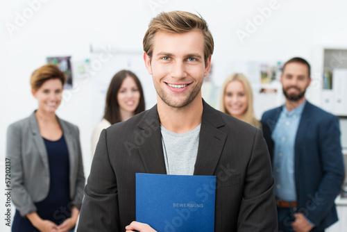 junger mann mit bewerbungsmappe Canvas Print