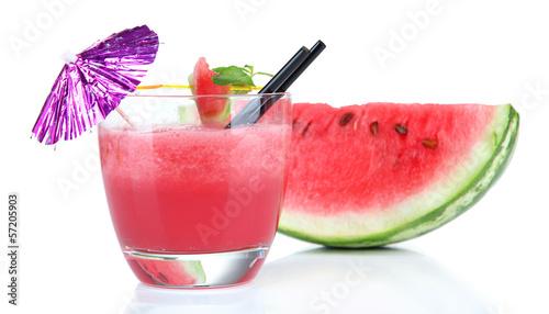szklanka-swiezego-soku-arbuza-na-bialym-tle