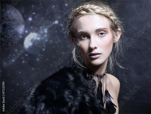 Naklejka premium magiczna kobieta w naszyjniku z czarnych piór