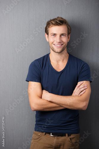 junger mann mit verschränkten armen Canvas Print