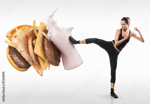 Photo  Fit young woman fighting off fast food