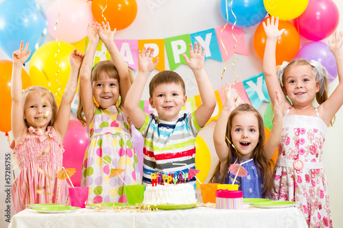 Fotografía  happy kids celebrating birthday holiday