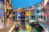 Kolorowi domy i kanał na Burano wyspie blisko Wenecja, Włochy. - 57307774