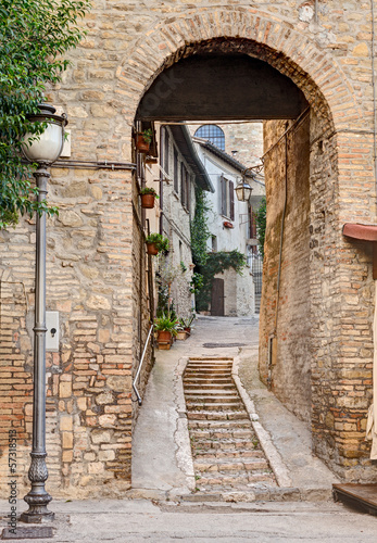 Deurstickers Smal steegje ancient alley in Bevagna, Italy