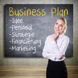 junge Geschäftsfrau mit Business Plan