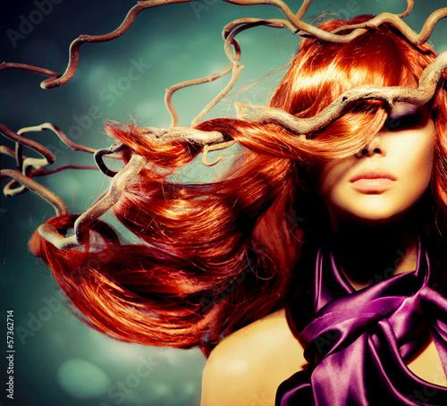 Naklejka premium Moda modela kobiety portret z Długim Kędzierzawym Czerwonym włosy