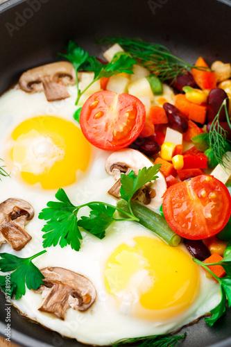 In de dag Verse groenten Fried eggs in a pan with vegetables