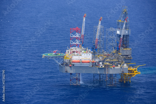 Staande foto Industrial geb. helicopter pick up passenger on the offshore oil rig.