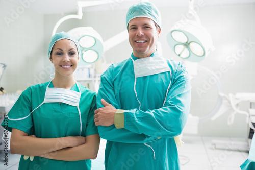 Fotografía  Smiling surgeons looking at camera