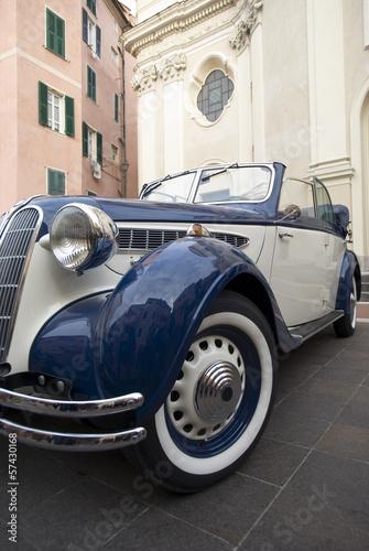 klasyczny-samochod-oldtimer-na-tle-klasycznego-budownictwa