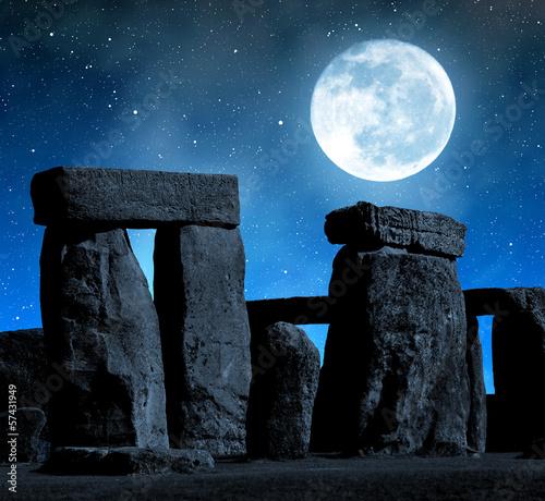 In de dag Volle maan Historical monument Stonehenge in night,England, UK