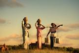 tradycyjny azjatycki rolnik podczas zachodu słońca na polu ryżowym w Bagan, - 57434922