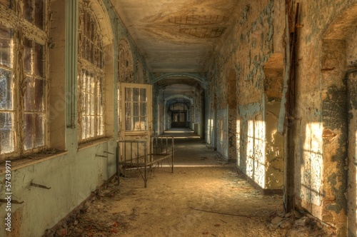 Foto auf AluDibond Altes Beelitz-Krankenhaus Abandoned hospital corridor with bed