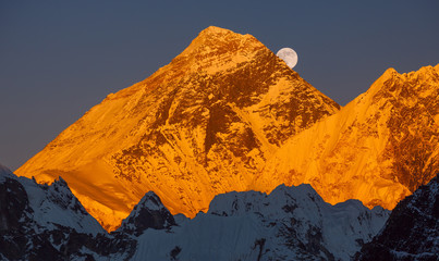 FototapetaGold pyramid of Mount Everest (8848 m) at sunset. Ascending moon