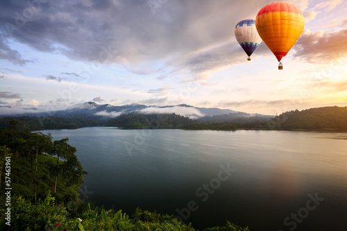 Poster Montgolfière / Dirigeable Hot air balloons floating over lake