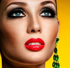 Panel Szklany Do salonu kosmetycznego Portrait of beautiful woman model with professional makeup