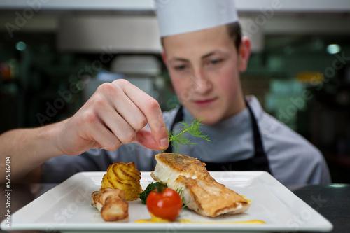 Fotografie, Obraz  Koch garniert ein Gericht