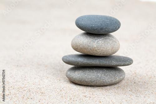 Photo sur Plexiglas Zen pierres a sable stone pyramid on sea sand