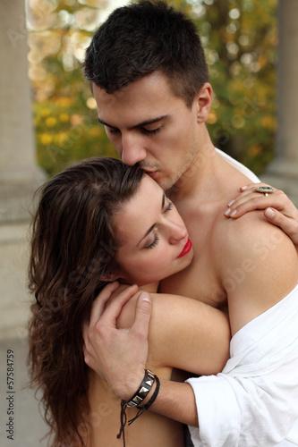 Poster Artist KB Dziewczyna i chłopak przytuleni do siebie II.