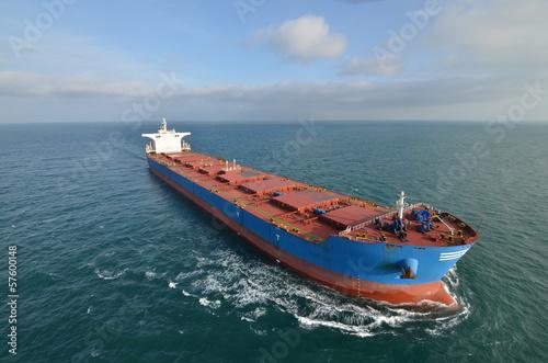 olbrzymi-kontenerowiec-na-morzu