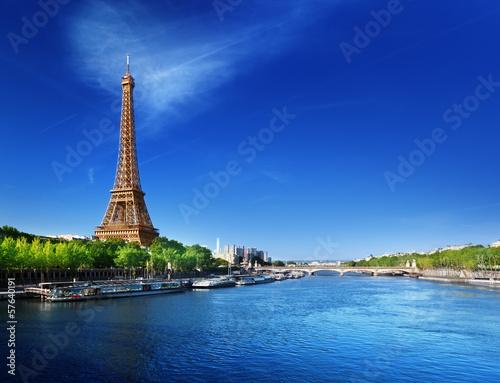Sekwana w Paryżu z wieżą Eiffla w czasie wschodu słońca