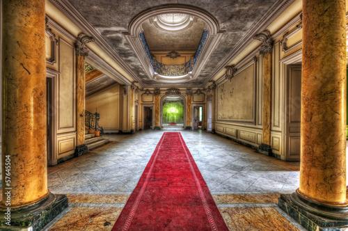 czerwony-dywan-w-korytarzu-opuszczonego-dworu